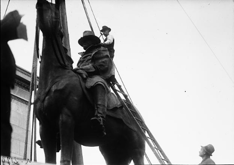 The Grant statue being put into place. Ca. 1920. (Library of Congress)