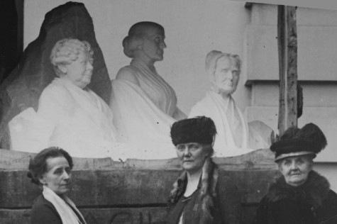 The statue at the unveiling. Adelaide Johnson is on the left, with Dora Lewis and Jane Addams (LOC)